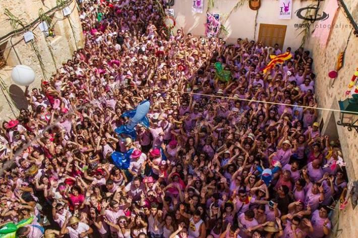 Enguany la festa del Much estirà com a mínim mil persones més que l'any passat. La massificació davant l'ajuntament era patent minuts abans del pregó. (foto: Macià Puiggròs).