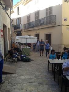 Poca gent feia mercat en el carrer Major.