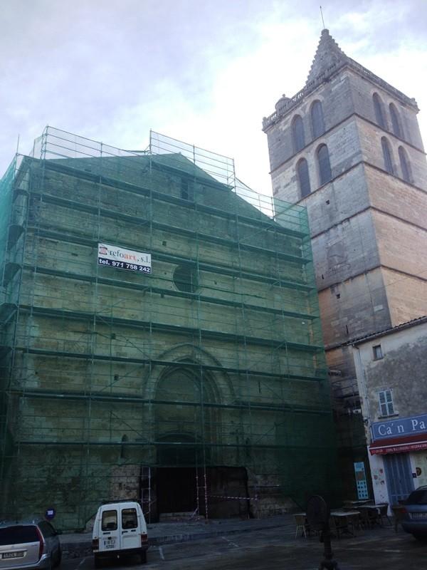 Les bastides de la façana de l'església i una vintena de cotxes aparcats, la postal actual de sa plaça.
