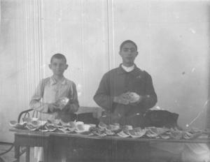 """""""Fotografia del primer día de rebusca y recomposición de vasijas juntamente con el seminarista Bartolomé Gomila"""" (MULET, 1936: 72)"""