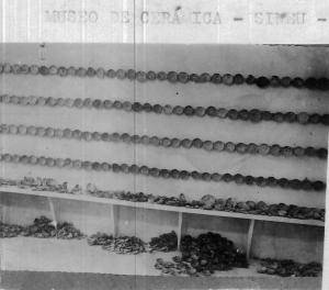 """""""Fotografia de una de las paredes del Museo Parroquial de Sineu, con 152 vasijas reconstruidas los pasados veranos"""" (MULET, 1936: 78)"""
