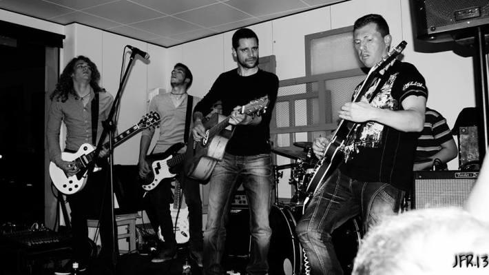 Actuació d'un grup de pop dins l'Écafè (foto: Joan 'Ferry').