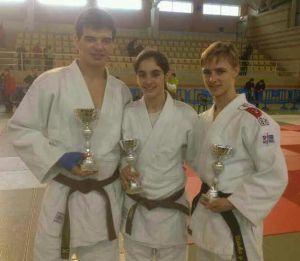 Maria Oliver (bronze) amb Albert Ríos (plata) i Nicky Vera (bronze)