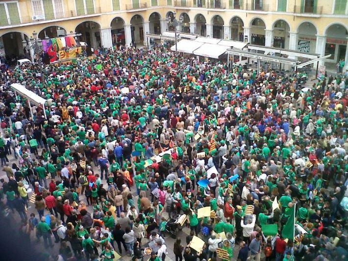 Milers de persones ompliren ahir dissabte la Plaça Major de Palma en la #DiadaOCB2015