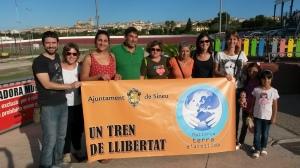 Membres de l'Ajuntament i de Gent per Sineu es retrataren amb la pancarta.