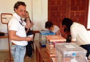 Julià 'Amorós', exregidor d'Esquerra Sineu, a punt de votar en les passades eleccions locals i autonòmiques.