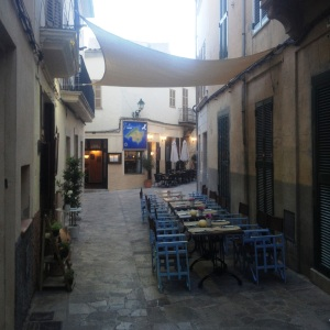 Com en tots els municipis, les terrasses dels bars i restaurants de Sineu hauran de respectar una normativa. El casc urbà de Sineu és BIC i això implicarà tenir en compte uns requeriments estètics a l'hora de posar taules i cadires.