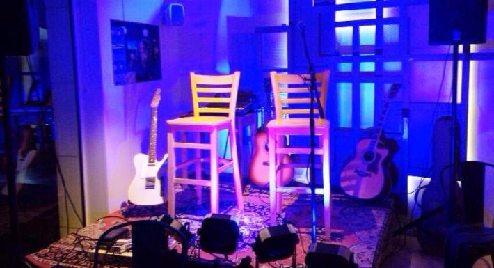 L'Écafè fa tres anys que, a part de servir menjar i copes, ofereix recitals poètics, concerts de música, micro-teatre, gloses i diversos altres actes.