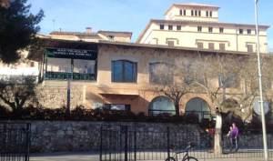 La imatge del majestuós edifici de Ca Don Enric es tapada en part per l'edifici del Teleclub, de les darreries del franquisme.