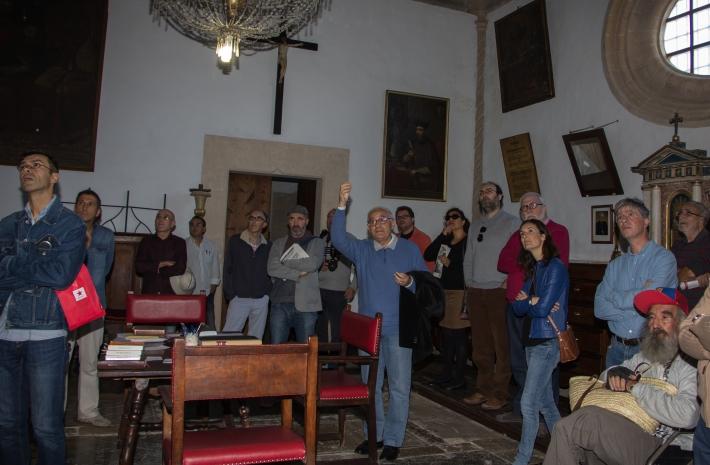 Els representants de les revistes de la Part Forana, embadalits amb l'explicació de Joan Monserrat dins la sacristia de l'església de Llucmajor.