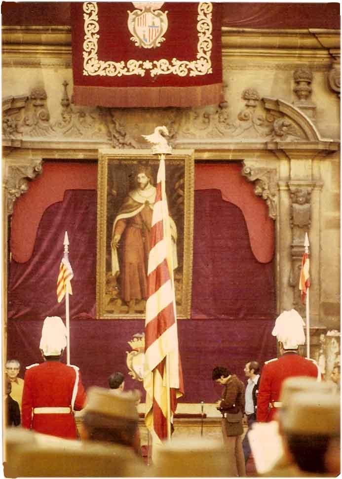 """Imatge de la Festa de l'Estendard l'any 1969, amb l'""""home dels nassos"""" de Palma a la façana de Cort i els militars en primer terme. Font: Viquipèdia"""