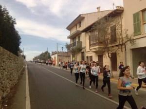 Centenars d'alumnes han  col·lapsat el vial en bon dimecres de mercat (foto: IES Sineu).
