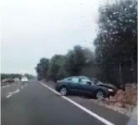 La moral del 'whatsapp' és ben dèbil i, com succeeix sovint en aquests casos, a pocs minuts de produir-se l'accident ja circulava un vídeo enregistrat des d'un cotxe que ha passat pel lloc dels fets (i al que corresponen aquestes imatges).
