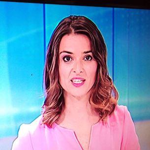 Marta Bergas va presentar l'informatiu vestida de rosa.