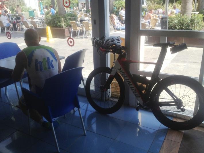 Un atleta ingereix proteïnes i hidrats de carboni, abans d'anar a entrenar, avui matí en un hotel del Port d'Alcúdia.