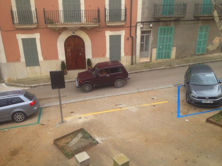 Els aparcaments pintats en verd (esquerra) són per a residents, mentre els blaus (dreta) són d'alta rotació. Davant les ratlles grogues (centre), com sempre, no es pot aparcar.