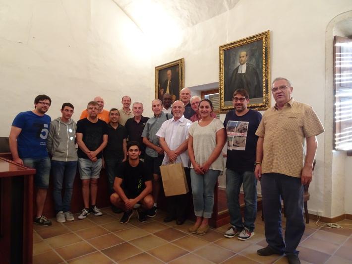 El grup de germans de La Salle amb els representants de la parròquia i de l'Ajuntament.