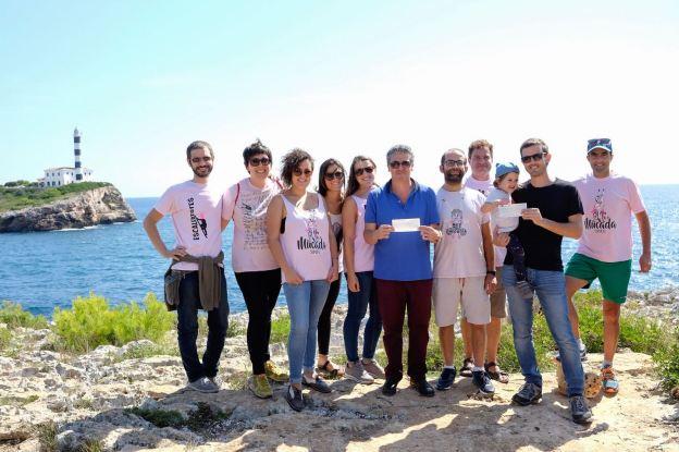 Els membres de la Muchal Foundation i els representants de les dues associacions en el moment de fer el donatiu.
