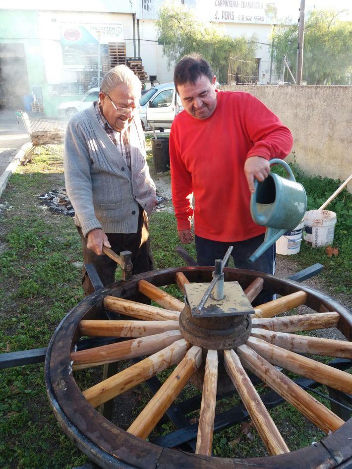 Mestre Jaume Pons, amb el seu fill Andreu mentre restrenyen la roda dins la llanda. [foto cedida per Jaume Pons]
