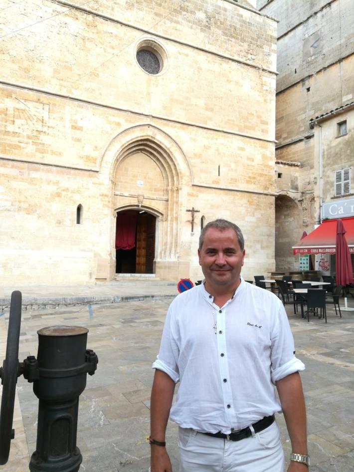 Llamedo davant l'església parroquial de Sineu