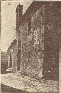 """Aspecte del frontis de la casa de la Universitat, que passà a Ajuntament, on ara hi ha el pati de l'Hospici, segons una fotografia publicada a """"Anales de Sineu. 1919"""""""