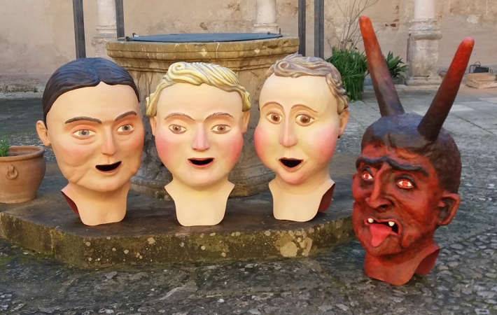 Imatge de les reproduccions fetes per Kake Portas dels tres antics caparrots i del dimoni de Sineu.