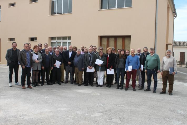 Imatge dels batles, representants dels municipis i del Consell de Mallorca, després de la signatura a la Quintana. [Foto: Consell de Mallorca]
