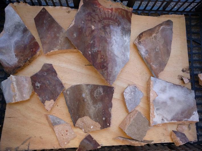 Fragments de la teula pintada que ha caigut avui, en què es pot apreciar la imatge de la Soledat.