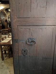 Vista general de la fulla dreta de les portes de Can Font. [Fotografia de Joan Munar]
